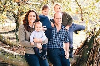 Il principe Louis ruba la scena a George e Charlotte nella foto di Natale della famiglia reale
