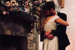 """Miley Cyrus e Liam Hemsworth sposi """"casual"""": lei con abito a strascico, lui con le sneakers"""