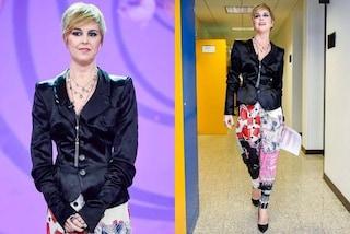 Nadia Toffa sorride a un anno dal malore: a Le Iene con parrucca corta e pantaloni colorati