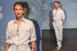 Alessia Marcuzzi in jeans: per il lancio dell'Isola dei Famosi 2019 stivali in denim con la cintura