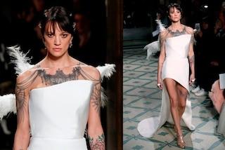 Asia Argento angelo bianco in passerella: sfila con le ali a Parigi