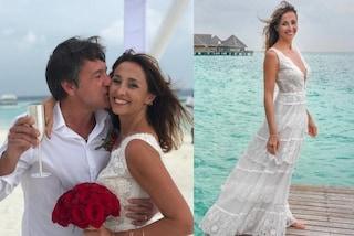 Benedetta Parodi sposa per la seconda volta Fabio Caressa: in bianco con maxi scollo e piedi nudi