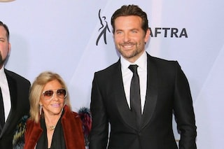 """Bradley Cooper senza Irina Shayk sul red carpet: """"rimpiazza"""" la modella con mamma Gloria"""