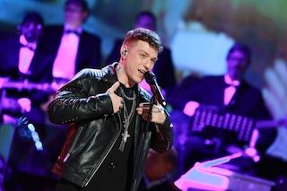 Sanremo 2019, i look con le piume di Irama sul palco dell'Ariston