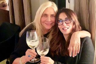 Mara Venier senza trucco: così brinda in compagnia di Sabrina Ferilli