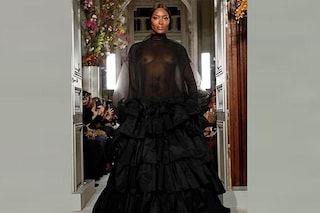 Parigi Haute Couture: Valentino chiude le sfilate con Naomi Campbell nuda in passerella