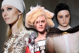 Capelli frisè e occhi in primo piano: i beauty look della Parigi Haute Couture