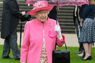 La regina Elisabetta e il contenuto delle sue borsette: così invia messaggi in codice allo staff