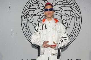 Sfera Ebbasta, il ritorno sulle scene con un look bianco alla sfilata di Versace