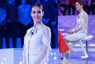 Silvia Toffanin a Verissimo con il romantico look pastello ma i tacchi a spillo sono rosso fuoco