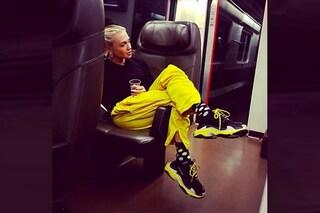 Paola Barale a 51 anni è più trendy che mai: il look casual con chunky sneakers e calzini a pois