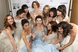 Tutte in bianco alle nozze dell'amica: la sposa fa riciclare l'abito del matrimonio alle invitate