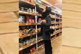 Alessandra Mastronardi mentre fa la spesa: anche al supermercato è griffata