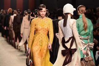 Fendi, la prima sfilata dopo la morte di Karl Lagerfeld: in passerella l'omaggio allo stilista