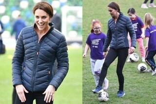 Addio tacchi alti e cappotti: Kate Middleton scende in campo con piumino e scarpe da ginnastica