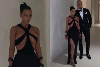 Kim Kardashian mette il seno in mostra: l'abito vintage le copre solo i capezzoli