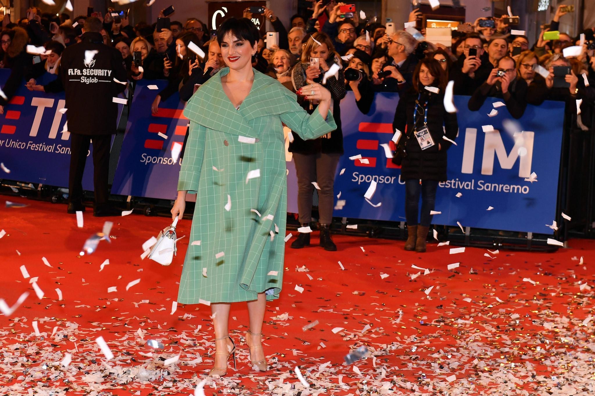 Anna Tatangelo punterà sulla sensualità di abiti scollati e con maxi  spacco b6a451ac849