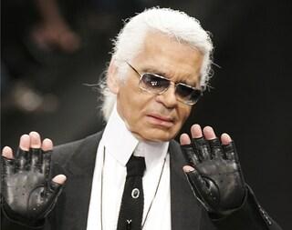 Karl Lagerfeld, lo stile originale del designer che non rinunciava mai a occhiali da sole e guanti