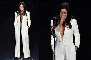 Sanremo 2019: Paola Turci, in bianco e con la scollatura, è la più elegante della prima puntata