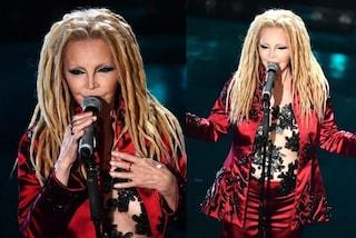 """Patty Pravo a Sanremo 2019, capelli da """"alieno"""" e seno in mostra con il top nude"""