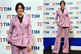 Sanremo 2019, Virginia Raffaele in rosa per la conferenza stampa ma il look è maschile