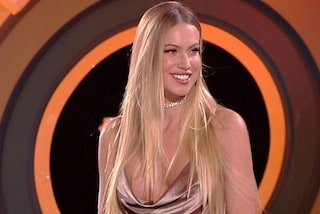 Taylor Mega all'Isola dei Famosi, col mini abito super scollato rischia l'incidente hot
