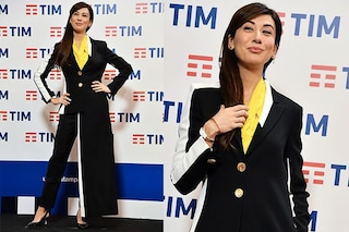 Metà gonna e metà pantalone, l'originale abito di Virginia Raffaele per la conferenza stampa