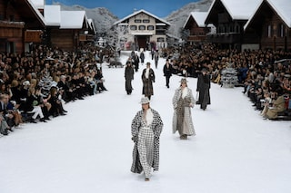 Chanel sfila sulla neve dopo la morte di Karl Lagerfeld, ghiaccio e cottage spuntano al Grand Palais