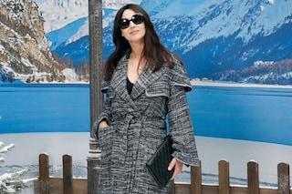 Monica Bellucci e Nicolas Lefebvre alla sfilata Chanel: lei col maxi cappotto, lui in doppio petto