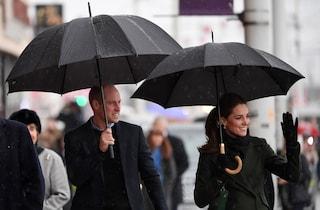 Kate Middleton, il look anti-pioggia e lo strappo all'etichetta reale