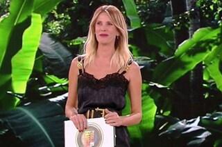 Isola dei famosi 2019, puntata 9: Alessia Marcuzzi sale sul palco con sottoveste e stivali maxi