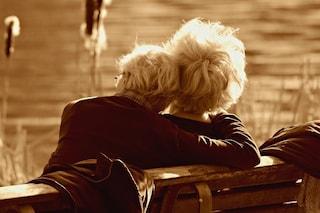 Si inginocchia per chiedere alla moglie di risposarlo dopo 63 anni di nozze: i nonni più dolci del web
