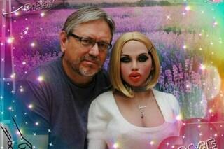 """Dopo il divorzio riempie la casa di bambole realistiche: """"Mi piace svegliarmi al loro fianco"""""""
