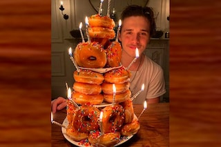 Una torta fatta solo di ciambelle, la sorpresa di Victoria Beckham per il compleanno di Brooklyn