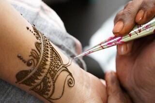 Il tatuaggio all'henné gli provoca una terribile allergia: a 7 anni ha il corpo coperto di cicatrici