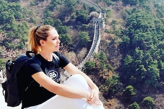 Ilary Blasi sulla Grande Muraglia cinese, anche in viaggio non rinuncia ai look griffati