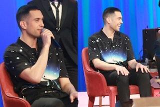 """Mahmood al Costanzo Show, incontra Salvini con la camicia """"aliena"""""""