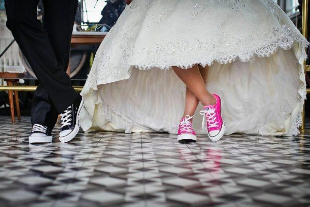 Scarpe Da Ginnastica Per Sposa.Sposarsi In Sneakers La Tendenza Piu Trendy Per I Matrimoni 2019