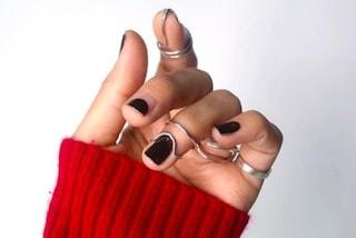 La nail-art più trendy della primavera 2019 è con i mini gioielli applicati alle unghie