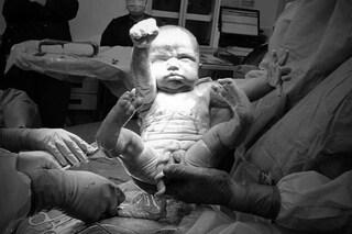 Appena nato è già un supereroe: il neonato viene al mondo nella stessa posa di Superman