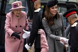 Kate Middleton indossa il cappello, simbolo di rispetto per la prima uscita con la regina