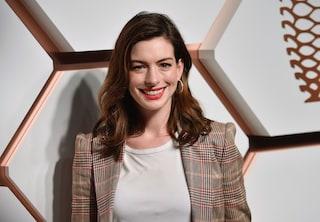 Anne Hathaway interrompe la dieta vegana dopo 2 anni: mi sono sentita rinata