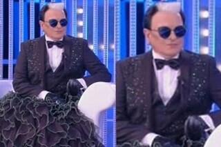 Cristiano Malgioglio al Grande Fratello 16 indossa lo smoking con la gonna