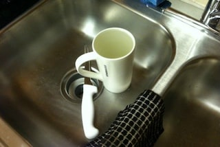 Lascia i piatti sporchi nel lavandino, la moglie gli chiede il divorzio