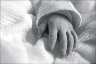 Aveva un grosso tumore mentre era nel grembo materno, il neonato sopravvive e sconfigge la malattia