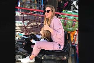 """Ilary Blasi in rosa con la figlia Isabel: sneakers e tuta """"da benzinaio"""" per il pomeriggio di giochi"""