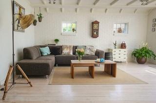 Tappeti troppo piccoli, mobili coordinati: gli errori da evitare quando si arreda casa