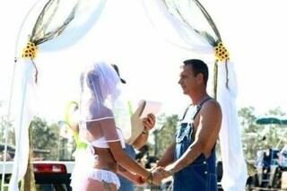 La sposa in mutande, lo sposo in salopette: è il matrimonio più rock di sempre
