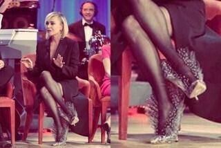 Paola Barale, look total black al Costanzo Show ma le scarpe sono in tulle