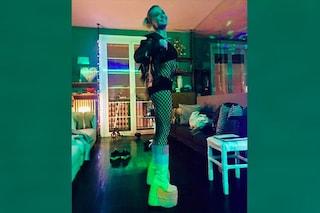 Paola Barale, il nuovo esuberante look con body a rete e scarpe con la maxi zeppa